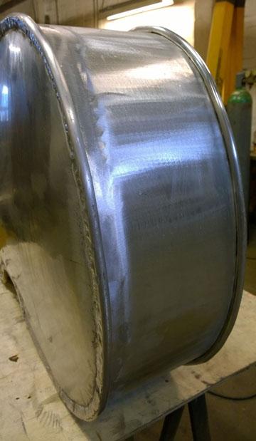 De aluminium contrabas van Peter Simons in wording.