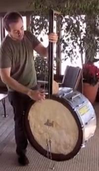 Een kruising tussen een contrabas en een banjo, gemaakt van een trommel.