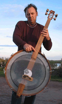 Een basgitaar gemaakt van een bastrommel.