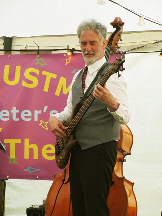Bassist Philip Baumgarten in actie op de basgitaar.