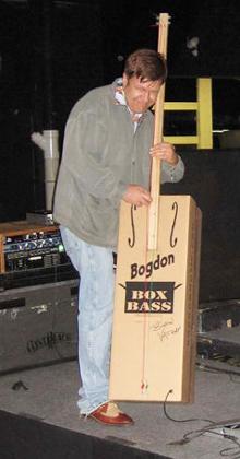 De bestelbare kartonnen contrabas van Bogdon.