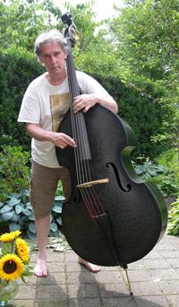 Philip Baumgarten met zijn koolstofvezel contrabas.