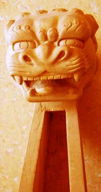 Een draak als kop van een contrabas.