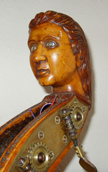 Het hoofd van een vrouw als kop van een contrabas.