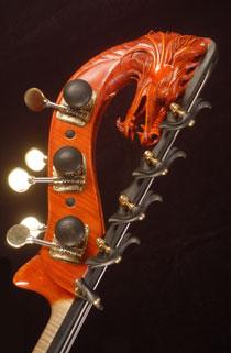 Een drakenkop als kop van een contrabas.