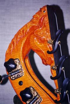 Contrabaskop van Lamario. Een paardenkop.