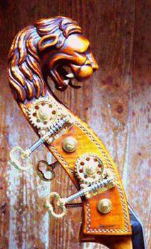 Een leeuwenkop als kop van een contrabas.