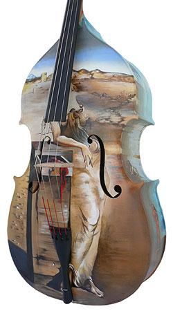 Een contrabas beschilderd in Dali stijl.