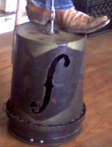 Een bas gemaakt van een emmer.