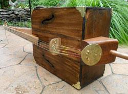 Een contrabas gemaakt van een kist.