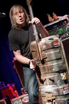 Een contrabas gemaakt van een koffer.