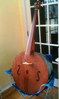 Een foto van een soort mandoline contrabas.