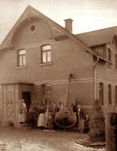 Een foto van een kolossale contrabas en zijn maker Otto Roth..