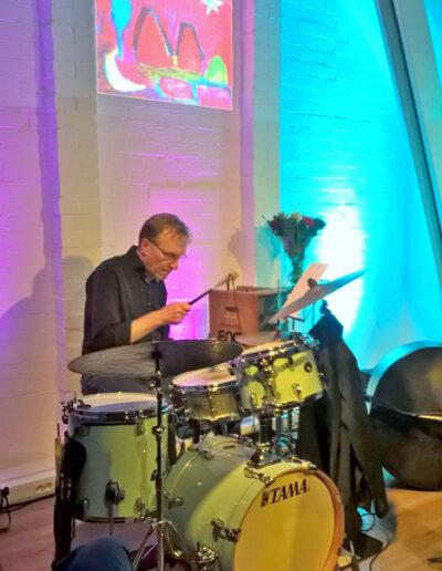 Drummer René van Astenrode in actie.